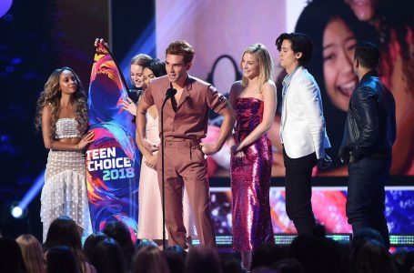 """INGLEWOOD, CA – AUGUST 12:  (L-R) Vanessa Morgan, Madelaine Petsch, Camila Mendes, KJ Apa, Lili Reinhart, Cole Sprouse, and Mark Consuelos of """"Riverdale"""" accept the Choice Drama TV Show onstage during FOX's Teen Choice Awards at The Forum on August 12, 2018 in Inglewood, California.  (Photo by Kevin Winter/Getty Images)"""